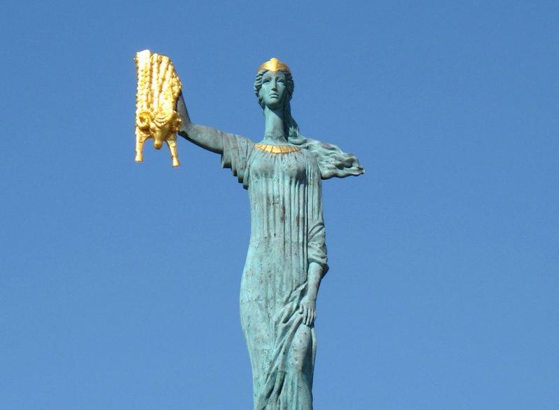 مجسمه یادبود مدیا